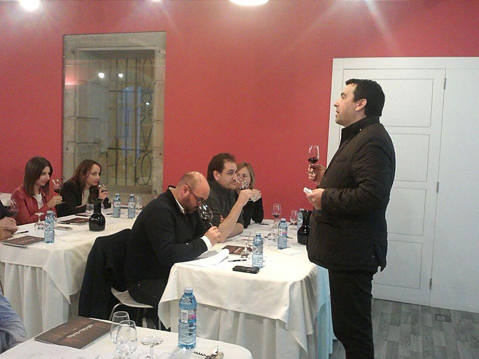 La Ruta do Viño Rías Baixas celebró con gran éxito una Cata entre Amigos con vinos tintos en Pontevedra
