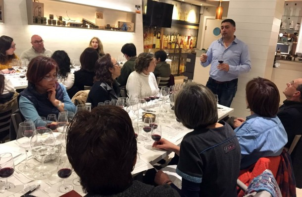 Una treintena de persona participó en la primera Cata entre Amigos que la Ruta do Viño Rías Baixas celebró en Santiago