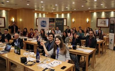 La Denominación de Origen Rías Baixas y la Ruta del Vino ofrecen en El Corte Inglés de Santiago una cata comentada asistentes del congreso internacional  'CIMQ-Mentes que cambian el mundo'
