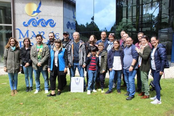Una veintena de miembros de la Asociación de Personas Sordas de Santiago participan en una visita y cata comentada en lengua de signos en una bodega de la Ruta do Viño Rías Baixas