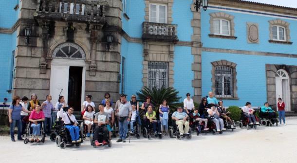 Una veintena de usuarios de APAMP Vigo participa en una visita accesible de la Ruta do Viño Rías Baixas