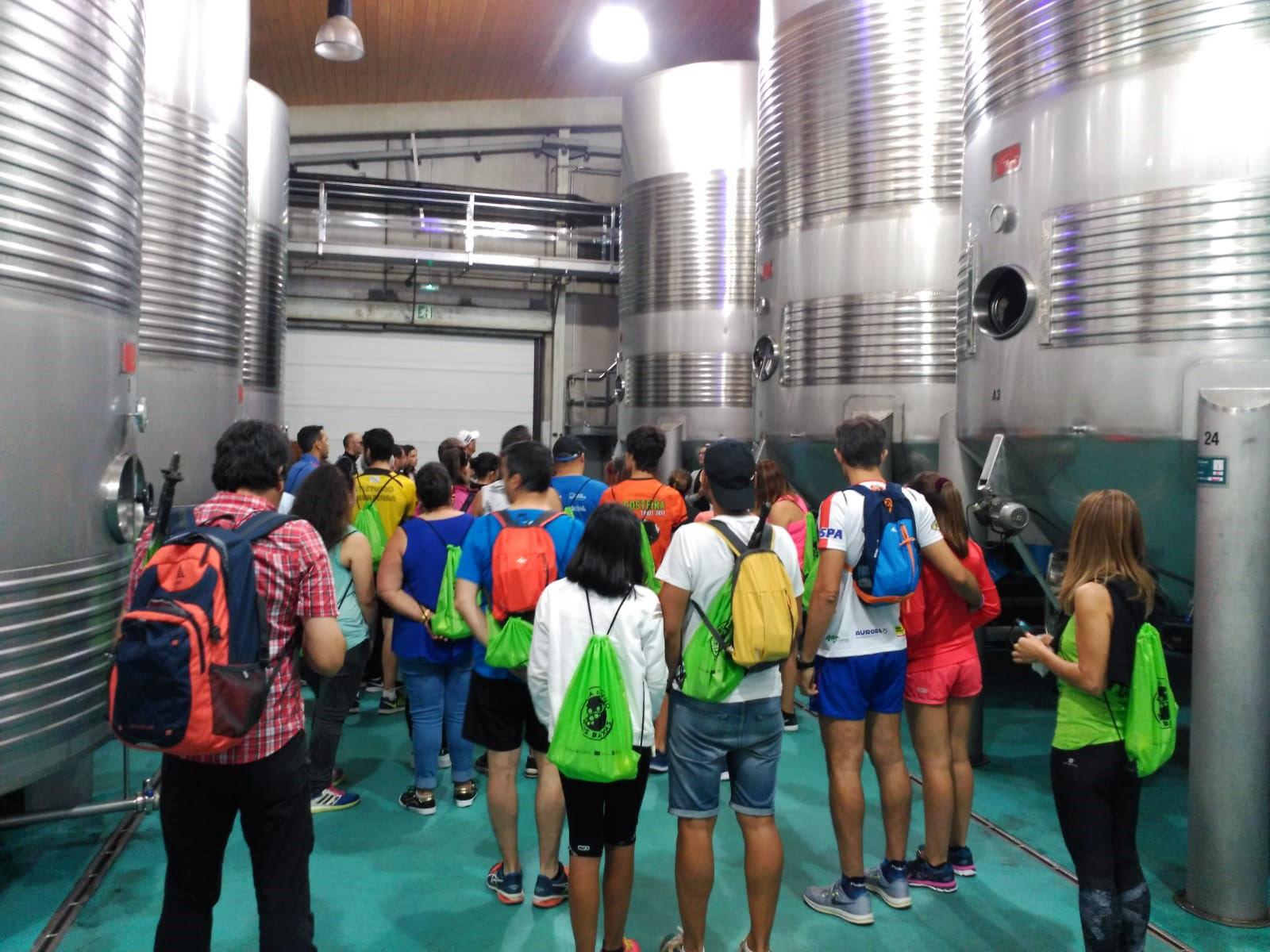 Medio centenar de personas participaron ayer en la jornada de senderismo organizada por la Ruta do Viño Rías Baixas en As Neves