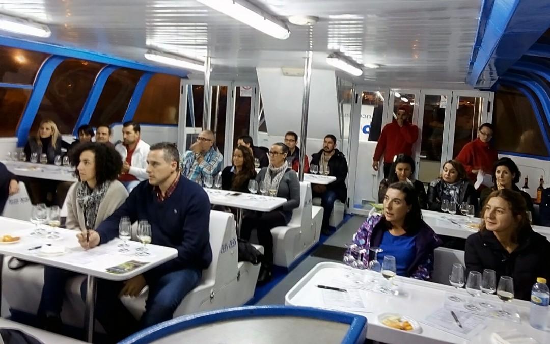 Una treintena de personas participan en la cata en catamarán por la Ría de Arousa organizada por la Ruta do Viño Rías Baixas