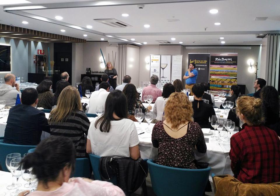 Más de 30 personas asistieron a la Cata entre Amigos que la Ruta del Vino Rías Baixas celebró en el restaurante de El Corte Inglés de Vigo